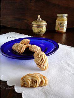 Anche con gli albumi si può creare un frollino da thè, e questo è senza glutine al miele e amarene sciroppate :  http://unapasticceramatta.altervista.org/frollini-al-miele-e-amarene-solo-albumi-senza-glutine/