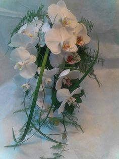 Morsiuskimppu valkoisista orkideoista ja vihreästä.