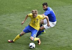 Sweden's midfielder Emil Forsberg (L) vies with Italy's defender Andrea Barzagli during the Euro 2016 group E football match between Italy and Sweden at the Stadium Municipal in Toulouse on June 17, 2016.  / AFP / Pascal PAVANI