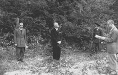 Romanian far-right dictator Ion Antonescu a few seconds before being executed in 1946 and the man next to him with light colored suit is his brother. Execution By Firing Squad, Crime, Premier Ministre, Forgetting The Past, Bad Picture, Fidel Castro, Serge Gainsbourg, James Joyce, Nicu