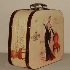 wnętrza ze starą walizką vintage
