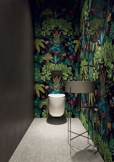 badezimmer einrichtung botanik-look dschungel tapete bathroom furniture botany look jungle wallpaper Wallpaper Trend Botany – DThe botany trend is toLulu & Georgia Jungle Wal Decor, Mural, Mid Century Bathroom, Peacock Bathroom, Bathroom Inspiration Decor, Bathroom Wallpaper, Small Toilet, Jungle Wallpaper, Interior Trend