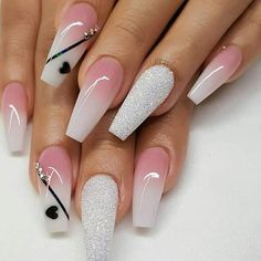 False nails have the advantage of offering a manicure worthy of the most advanced backstage and to hold longer than a simple nail polish. The problem is how to remove them without damaging your nails. Red Nail Art, White Nail Art, Silver Nails, Pink Nails, Gel Ombre Nails, Acrylic Nails Coffin Ombre, Fabulous Nails, Perfect Nails, Nail Art Blanc