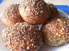 Pomohla mi pekárna, ale lze i klasicky: Vytvoříme kvásek z droždí, trošky cukru a vlažného mléka. Změklé máslo i sádlo utřeme se zbylým cukrem do... Bagel, Hamburger, Muffin, Bread, Breakfast, Food, Morning Coffee, Eten, Hamburgers