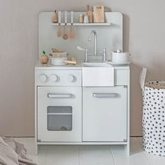 Wooden Toy Kitchen with 7 Cooking Accessories ⇒ Beautiful, timeless design ✓ More colours available ⇒ See the entire collection of wooden toys here Wooden Toy Boxes, Wooden Storage Boxes, Wooden Dolls, Storage Bins, Toddler Furniture, Toddler Chair, Toddler Rooms, Childrens Bookcase, Wooden Toy Kitchen