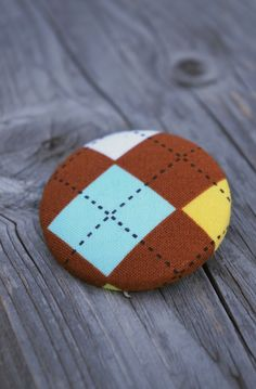 """holka do nepohody """"Gentleman"""" Látková buttonková ze zahraniční designové látky. Brož má průměr 5 cm. Přichycení na brožový můstek v barvě niklu (přilepeno kvalitním dvousložkovým lepidlem)."""