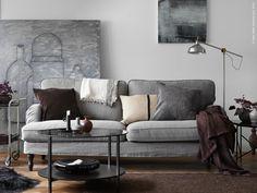 Välkommen och efterlängtad! STOCKSUND 3-sits soffa i Nolhaga gråbeige med svarta träben (finns även ljusbruna). VITTSJÖ soffbord, RANARP golv/läslampa, SANELA kuddfodral, GURLI pläd, HELGONÖRT kuddfodral, GULLKLOCKA kuddfodral, IKEA PS 2014 dekoration.