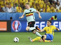 Belgium's midfielder Kevin De Bruyne (L) vies with Sweden's midfielder Albin Ekdal during the Euro 2016 group E football match between Sweden and Belgium at the Allianz Riviera stadium in Nice on June 22, 2016. / AFP / JONATHAN NACKSTRAND