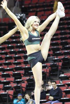 College Cheerleading - Her Crochet Oregon Cheerleaders, Cute Cheerleaders, Cheerleader Images, Hottest Nfl Cheerleaders, College Cheerleading, Cheerleading Pictures, Gymnastics Pictures, Cheerleading Outfits, Gymnastics Girls