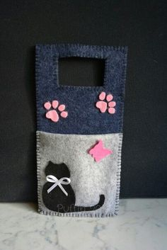 Porta carica cellulare in feltro by puffin Mobile phone holder in felt by puffin Felt Crafts Patterns, Felt Crafts Diy, Cat Crafts, Felt Diy, Fabric Crafts, Sewing Crafts, Crafts For Kids, Arts And Crafts, Paper Crafts