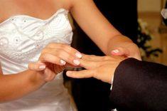 As mãos da noiva muitas vezes são o foco das fotos mais bonitas, como o momento da aliança ou do buquê. Que tal seguir essas dicas para ter unhas impecáveis no grande dia?