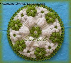 Hobby lavori femminili - ricamo - uncinetto - maglia: centrino con fiori uncinetto