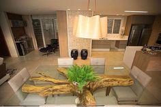 A sala ficou linda mas a base da mesa roubou a cena. Em tempos de sustentabilidade aproveitar a raiz de uma árvore como base de mesa demonstra além de criatividade preocupação com o nosso planeta. Adorei!!!!!! Projeto Juliana Manica