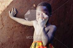 Rapaz a tapar a boca/Boy covering his mouth by Filipe Condado – Moderimage