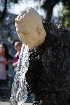 La escultura y fuente del hombre vomitando, Londres, Inglaterra