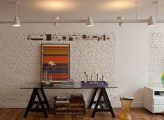Além de acabamentos incríveis e móveis bonitos, uma decoração perfeita não acontece sem a iluminação. Quando feita de forma indireta, ela é capaz de tornar os ambientes mais acolhedores. Abajures ou arandelas são alguns responsáveis por esse tipo de iluminação, proporcionando aconchego e conforto visual conforme clareia paredes e teto. A luz é instalada no chão, no gesso ou até no forro, refletindo, sem atingir diretamente, na região que precisa ser iluminada