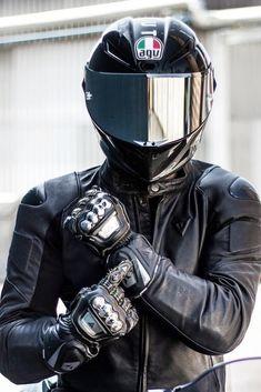 Cool Motorcycle Helmets, Motorcycle Suit, Motorbike Girl, Cool Motorcycles, Classic Motorcycle Helmet, Carbon Fiber Motorcycle Helmet, Biker Photoshoot, Biker Photography, Agv Helmets