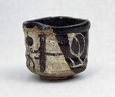 黒織部茶碗(冬枯) 文化遺産オンライン