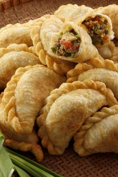 A version of the traditional empanada argentina, these delicious empanadas can be prepared as an appetizer for a barbecue or family meal. Beef Empanadas, Empanadas Recipe, Empanadas Argentinas Recipe, Mexican Dishes, Mexican Food Recipes, Mexican Kitchens, Argentina Food, Argentina Facts, Good Food