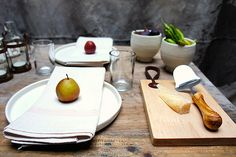 Simplicity: white plates with a fruit centerpiece. Entertaining by Maxwell Tielman#modern thanksgiving