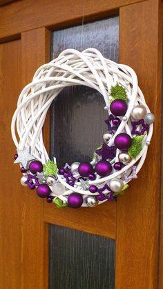 The Chic Technique: White grapevine wreath with purple and silver Christmas ornaments.Trendy letošních Vánoc: Vyhrajete to s bílou, zelenou a fialovou - galerieStunning Useful Tips: Wicker Decoration Chandeliers wicker stool side tables. Wreath Crafts, Diy Wreath, Holiday Crafts, White Wreath, Purple Wreath, Grapevine Wreath, Purple Christmas, Noel Christmas, Christmas Ornaments