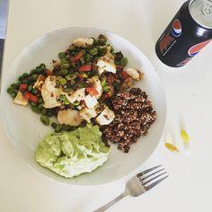 Aftensmad og dagens vitaminer er indtaget! Quinoa, grøntsager, kylling og guacamole med massere af jalapenos 🥑🌶 I alt 550 kalorier! #vægttabsrejse #vægttab #sundhed #sund #aftensmad #pepsimax myfood fitfamdk