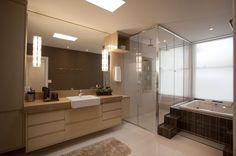 1- Luxo de banheiro! Olha como o efeito dos espelhos e das cores neutras do bege e branco deixam o banheiro sofisticado e aconchegante...