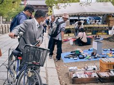 https://flic.kr/p/K7ogyw   Shitennoji Flea Market ※ 四天王寺骨董市   On the 21st & 22nd of every month, there's an antique flea market on the grounds of Shitenno-ji Temple. Photos from this blog post.  毎月、21-22日に四天王寺の敷地ですごい骨董のマーケットにする事になります。詳しくは このブログの投稿で。  (勉強中なので、日本語は変なところあったら教えてください。^_^ )