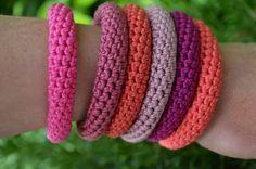 Try with umpteen shades of one colour - Gratis haakpatroon armbanden. Bracelet tutorial in Dutch by Vicarno. Love Crochet, Bead Crochet, Crochet Gifts, Diy Crochet, Crochet Flowers, Crochet Hooks, Spiral Crochet, Crochet Bracelet Pattern, Bracelet Patterns