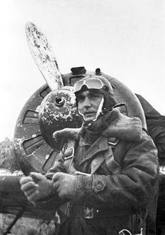 Commander of soviet 131th Fighter Regiment Capt. V.I. Davidkov near the I-16 fighter, 1941 - pin by Paolo Marzioli