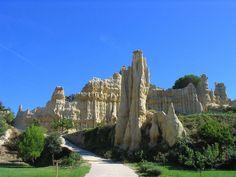 Am Fuße der Pyrenäen liegt die französische Gemeinde Ille-sur-Têt. Dort sind die Orgues, eine markante Gesteinsformation, die an Orgelpfeifen erinnert, eine Sehenswürdigkeit mit Geschichte: Die Felsen aus Sandstein und Ton sind fünf Millionen Jahre alt. cc sa by Ancalagon