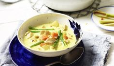 Du liebst feuriges Essen? Dann ist die indonesische Currysuppe mit scharfen Chilischoten, knackigen Cashewkernen, Kartoffeln und zarter Hähnchenbrust genau das Richtige für dich.