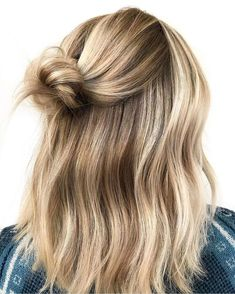 hair knot half up . hair knots for short hair . hair knot bun half up . Brown Blonde Hair, Short Blonde, Blonde Highlights Short Hair, Balyage Short Hair, Beachy Blonde Hair, Blonde Honey, Blonde Waves, Blonde Braids, Beach Blonde