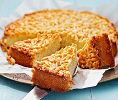 Toscakaka är en god och enkel kaka att baka. Som en sockerkaka toppad med mandelglasyr. Grädda kakan i ugnen och rör ihop glasyren av smör, socker, mjöl, mjölk och mandeln i en kastrull under tiden. Toscakakan är en given succé på alla kalas – lika oemotståndlig som lätt att baka. Baby Food Recipes, Baking Recipes, No Bake Desserts, Dessert Recipes, Decadent Cakes, Crunch, Danish Food, Best Chocolate Cake, Bun Recipe