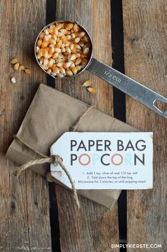 Simple to put together and very cost-effective, Paper Bag Popcorn makes a darling gift and party favor. Perfect for the holidays! Paper Bag Popcorn, Popcorn Gift, Popcorn Bar, Jar Gifts, Food Gifts, Craft Gifts, Popcorn Recipes, Fun Recipes, Edible Gifts