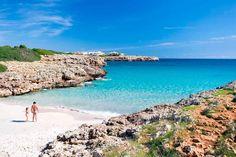 LA CALA MÁS CAPRICHOSA DE MALLORCA (Playa d'en Rafalino, Mallorca). El Caló d'en Rafalino es uno de los rincones más misteriosos de Mallorca, pues tiene la particularidad de aparecer y desaparecer según le venga en gana. No es brujería, es por el efecto de la mar y sus corrientes, que a veces se llevan la arena blanca y fina para volverse una playa de grandes rocas poco amable y poco cómoda. Si vas y te la encuentras tal cual, con esta linda carita blanca, salúdala de mi parte y disfruta de… Different Holidays, Beautiful Beaches, Sunny Days, Wander, Interesting Faces, Spanish, Places To Visit, Island, Explore