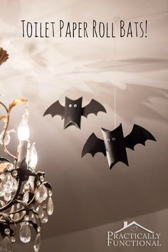 Want to decorate you dorm room on the cheap? Throwing a Halloween party for kids? Just want to make something fun to pass the time? Toilet paper roll bats are the perfect quick and easy Halloween decor craft for all ages! Halloween Birthday, Halloween Art, Holidays Halloween, Happy Halloween, Halloween Season, Halloween Crafts For Kids To Make, Adornos Halloween, Manualidades Halloween, Halloween Disfraces