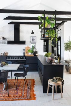 love warriors loft – svart kok med takbjälkar utan överskåp - boho loft ideas with dark kitchen units Loft Kitchen, Farmhouse Style Kitchen, Modern Farmhouse Kitchens, Kitchen Units, Kitchen Cabinets, Kitchen Ideas, Kitchen Walls, Kitchen Inspiration, Kitchen Decor