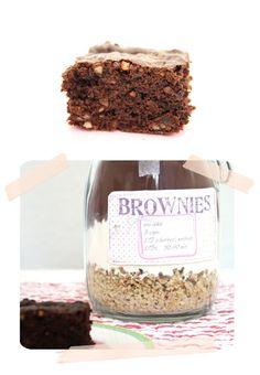 Brownies im Glas - - Sos Cookies, Cake Cookies, Brownies In A Jar, Bake Sale Recipes, Gift Wraping, Diy Presents, Jar Gifts, Kitchen Gifts, Diy Food