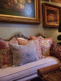 English Country……seating looks very comfy, the nice full pillows invite a head to be laid on them, and the artwork is very nice. - Home Decor English Cottage Style, English Country Decor, English Style, French Country, Country Blue, French Cottage, Country Chic, Cosy Home, Estilo Country