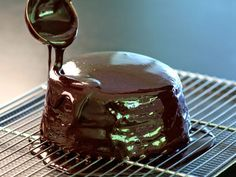 Bring to a boil 80 g of water and 240 g of sugar and pour over 80 g cocoa powder. Bring to a boil 160 g of cream, then mix in 12 g gelatin in leaves (previously soften)and pour over choc. Sweet Loaf Recipe, Sweet Recipes, Decoration Patisserie, Icing Frosting, Thermomix Desserts, Dessert Drinks, Cupcake Cookies, Royal Icing, Treats