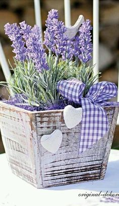 White wooden planter filled with lavender More Más Lavender Cottage, Lavender Blue, Lavender Fields, Lavender Flowers, Purple Flowers, Beautiful Flowers, Beautiful Pictures, Lavender Crafts, Deco Champetre