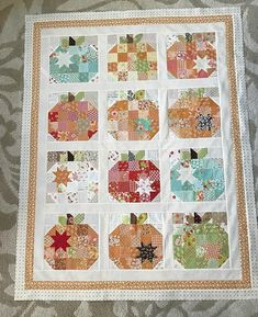 Pumpkin Seeds quilt is finished in time for Hsllowedn and quilting! Pattern by Thanks for the block exchange figgy friends! Cute Quilts, Scrappy Quilts, Mini Quilts, Pumpkin Quilt Pattern, Patchwork Quilt Patterns, Holiday Quilt Patterns, Patchwork Designs, Halloween Quilts, Halloween Runner