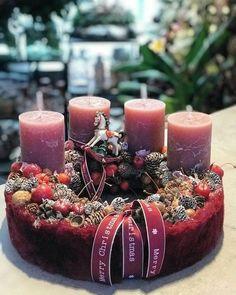 Christmas Advent Wreath, Winter Christmas, Christmas Time, Christmas Crafts, Advent Wreaths, Candle Centerpieces, Pillar Candles, Arte Floral, Xmas Decorations