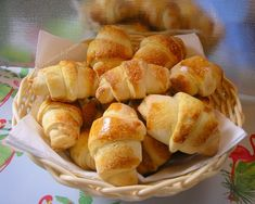 croissants with yoghurt, an easy and quick recipe to make for your breakfast or your taste. it& very good, the disadvantage is that it is not sugar and view the comments on this site I thought it was better than I add Croissants, Quick Recipes, Clean Recipes, Baguette, Thermomix Desserts, Tasty, Yummy Food, I Love Food, Food Inspiration