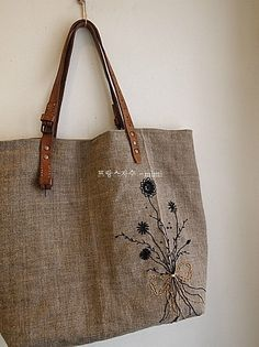 Raw linen tote bag with green embroidered birch leaf. Canvas Shopper Bag, Canvas Tote Bags, Embroidery Purse, Burlap Bags, Hessian, Japanese Bag, Diy Bags Purses, Linen Bag, Baby Set