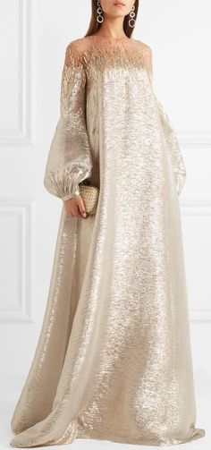 Oscar de la Renta's gowns have graced so many red carpets, and we think this style is worthy of its own moment in the spotlight – Hijab Fashion Abaya Fashion, Muslim Fashion, Modest Fashion, Couture Fashion, Fashion Outfits, Fashion Tips, Elegant Dresses, Pretty Dresses, Beautiful Dresses