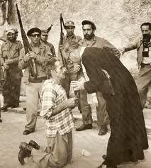 Un sacerdote confiesa a un partidario de Batista antes de ser fusilado por los castristas.
