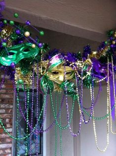 25 DIY Mardi Gras Decorations which are warm & festive - Hike n Dip Maskenball<br> Celebrate Fat Tuesday with stunning Mardi Gras decorations. Check out Mardi Gras DIY Decorations ideas here. These are easy and best Mardi Gras decor ideas. Mardi Gras Wreath, Mardi Gras Beads, Mardi Gras Party, Mardi Gras Masks, Mardi Gras Centerpieces, Mardi Gras Decorations, Masquerade Decorations, Balloon Decorations, Karneval Diy
