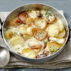 La Truffade au four – Fried potato-cheese dish Healthy Foods To Eat, Healthy Recipes, Crockpot Recipes, Cooking Recipes, Good Food, Yummy Food, Salty Foods, Cheese Dishes, Food Inspiration